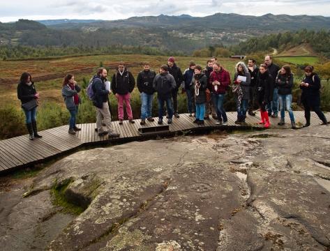 O grupo na Área arqueolóxica de Tourón