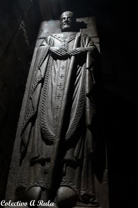 Adosado al muro sur de la iglesia se encuentra el sepulcro del canónigo compostelano Bernardo Arias, fallecido en el año 1291, que presenta figura yacente de notable factura en la que destaca el cuidado labrado de su rico ropaje.